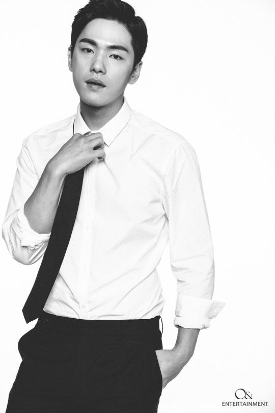 ネクタイをほどきながら見つめるキム・ジョンヒョン