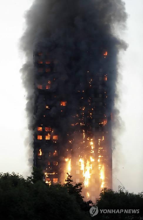 英경찰, 아파트 화재 사망자 12명…실종자는 '수명' : 스포츠조선