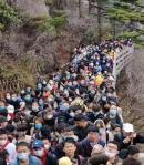 중국 '사회적 거리 두기' 풀어졌나…황산에 관람객 북새통
