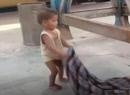 기차역서 숨진 엄마 깨우는 아기…인도 코로나 봉쇄의 비극