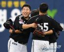 김현수, 동료들과 승리의 포옹!