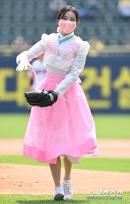 '단아한 한복자태' 모모랜드 주이-혜빈, 야구팬 사로잡은 상큼함