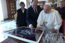 프란치스코 교황, 메시의 PSG 사인 유니폼 '득템'
