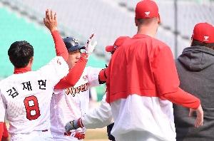 김강민, 승부 마감하는 끝내기 홈런포