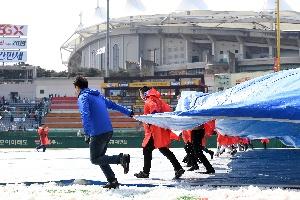 비 그친 인천, 경기 준비 위해 방수...