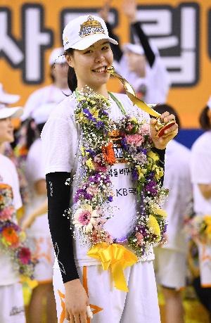 우승 이끈 박지수, MVP 트로피에 ...