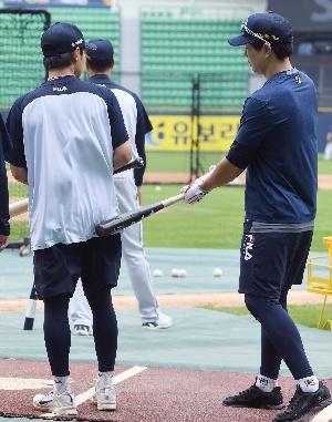 박건우, 엉덩이 마사지는 배트로~