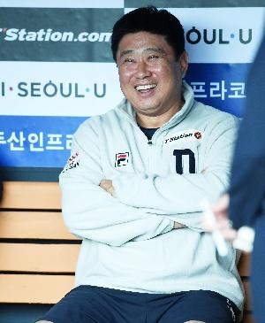 미소짓는 김태형 감독, 1위 고지가 ...