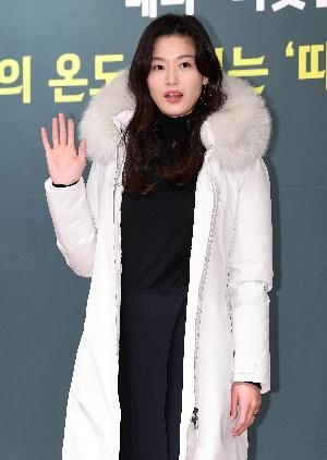 전지현, 예쁜 미소로 손인사