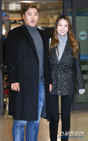 류현진-배지현 부부, 환한 미소 지으...