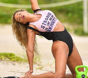 제니퍼 니콜 리, 해변서 수영복 입고 운동 삼매경 아찔 포즈