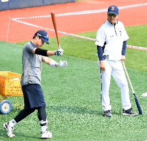강석천 코치, 박세혁을 유심히 지켜보며