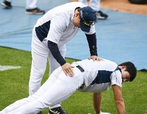 박민우, 감독님께 벌 받는 중?
