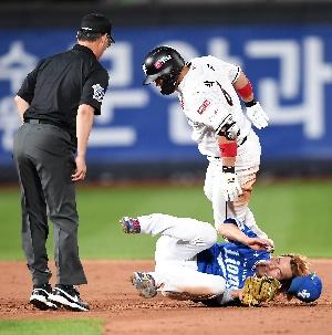 박경수, 무리한 주루플레이로 아웃