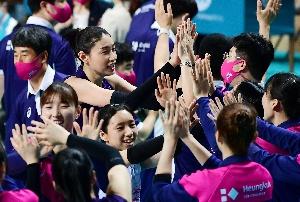 승리의 기쁨 나누는 김연경