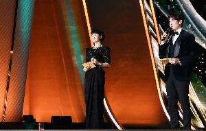 김혜수-유연석 코로나 여파로 거리두기 진행