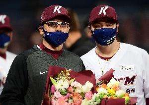 캡틴 박병호, 홍원기 감독 첫 승 축하