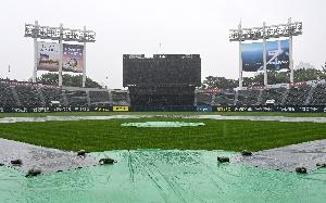 비에 젖은 잠실구장, 결국 경기는 취소