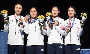 은메달 뽐내는 여자 에페팀