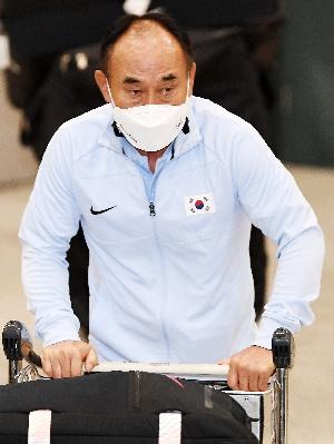 김학범 감독, 도쿄 올림픽 마치고 귀국