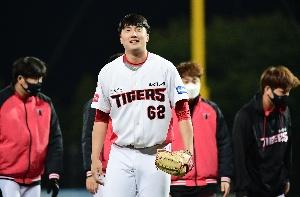 30세이브 달성 정해영 팬들에게 인사