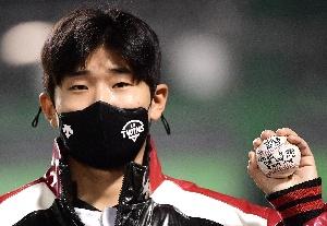 임준형, 데뷔 첫 선발승 기념